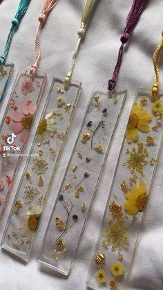 Diy Resin Gifts, Diy Resin Projects, Diy Resin Art, Resin Crafts, Diy Resin Flower Jewelry, Resin Jewlery, Resin Flowers, Book Marks Diy, Diy Earrings Easy