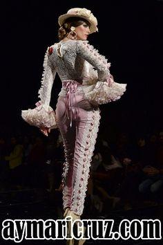 Moda Flamenca por Cayetano Gómez vía ¡Ay Maricrú! Mexican Fashion, Spanish Fashion, Flamingo Dress, Spanish Dancer, Bridal Jumpsuit, Flamenco Dancers, Traditional Dresses, Glamour, Costumes