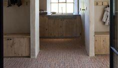 Wilt u een landelijke vloer in uw (bij)keuken? Of oude waaltjes binnenshuis? Dirksen Bestratingen is gespecialiseerd in het leggen van binnen bestrating!
