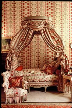 Braqueine Add  Polonaise Bed. Reminds me of When Casper met Wendy. Hillary Duff (Wendy's) room.