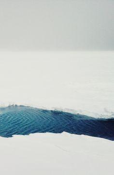 L'eau, la glace, le froid: quelle beauté dans une scène si extrême