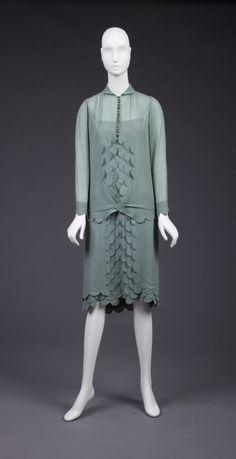 "Green chiffon dress, The Goldstein Museum of Design. - I have this thing fro ""scalloped"" designs. 30s Fashion, Art Deco Fashion, Fashion History, Retro Fashion, Vintage Fashion, Antique Clothing, Historical Clothing, Green Chiffon Dress, Crepe Dress"
