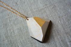 Wood&cut, pendenti da indossare in abete (oro, bianco, nero, righe oro), catenina dorata. Shop su Etsy: https://www.etsy.com/it/shop/Woodncut?ref=shopinfo_shophome_leftnav