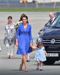 Księżna Kate w niebieskim płaszczu opuszcza Polskę