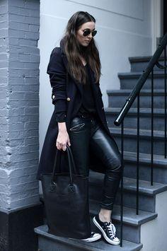 Street style look com calça couro legging, sobretudo preto, converse e bolsa.