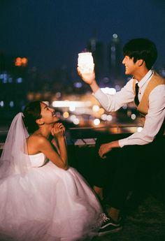 """Cứ chụp ảnh cưới cười """"thả ga"""" thế này mới dễ thương Pre Wedding Poses, Pre Wedding Photoshoot, Wedding Couples, Wedding Pics, Cute Couples, Concept Photography, Wedding Photography Tips, Couple Photography, Photography Poses"""
