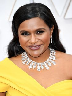 Celebrity Beauty 13 Must-See Beauty Looks From the 2020 Oscars Red Carpet — Mindy Kaling Keeping Moi Modern Updo, Matte Red Lips, Subtle Ombre, Bold Brows, Mindy Kaling, Platinum Hair, Celebrity Beauty, Old Hollywood Glamour, Fresh Face
