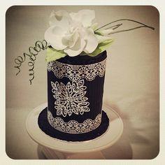 Gardenia met lace. Sugar Lace, Cupcake Cakes, Cupcakes, Let Them Eat Cake, Beautiful Cakes, Pillar Candles, White Lace, Black White, Wedding Cakes