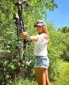 Collection of Internet photos featuring guns and fishing and girls. Please tag the girls if you know who they are or let me know if you would like a pic removed. Bow Hunting Girl, Bow Hunting Women, Woman Archer, Archery Girl, Hunting Pictures, Redneck Girl, Outdoor Woman, Southern Belle, Country Girls