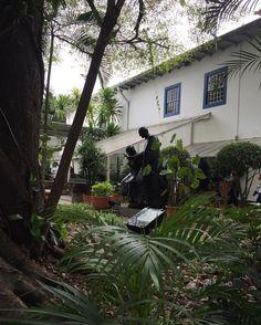 Foi no Pateo do Collegio que São Paulo nasceu. O padre Manuel da Nóbrega resolveu erguer uma igreja e um colégio que se tornaram os primeiros edifícios da futura metrópole. Com o fim da ordem dos jesuítas a igreja que já havia passado por reformas e ampliações passou para o controle do governo e acabou sendo demolida em 1953. Durante as obras foi encontrada uma parede de taipa de pilão pertencente ao edifício original e a igreja do Pateo do Collegio foi reconstruída. Hoje o Pateo do Collegio…