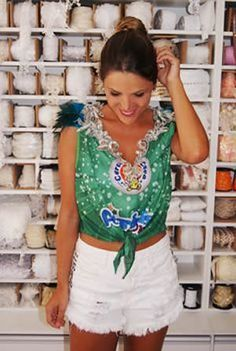 Customize no Carnaval Pretty Girl Swag, Cut Shirts, Lace Sleeves, Daily Fashion, Casual Looks, White Shorts, Leather Skirt, Carnival, Womens Fashion