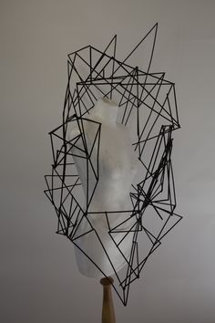 architectural - body adornment Helen Stewart ///STRUCTURÉ///SQUELETTIQUE///SOBRE///GÉOMÉTRIQUE///PROPAGATION///ENVELOPPER///RECOUVRIR///