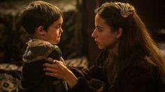 Irene Escolar como la Infanta Juana con su hijo, el futuro Carlos V en la serie Isabel.