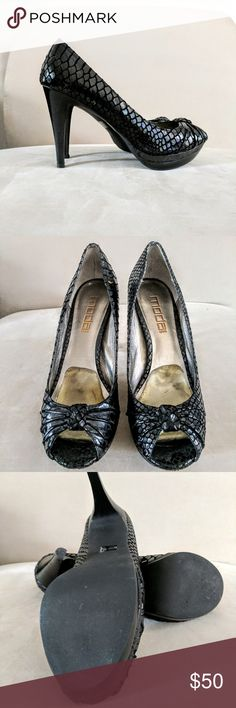 Moda Snakeskin Pump Knotted peep toe embossed croc platform pump in iridescent metallic black. Gel Insoles in shoe and rubber sole for added comfort. Sz 8.5. These are in good pre-loved condition one barely noticable scuff on heel, otherwise perfect! Moda Spana Shoes Platforms