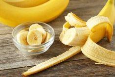 After you read this article, you'll never throw away banana peels again. Learn alternative uses for banana peels in this article. Dehydrated Bananas, Dried Bananas, Banana Wine, Banana Drinks, Banana Peel Uses, Banana Peels, Banana Chips, Smoothies Banane, Banana Smoothies