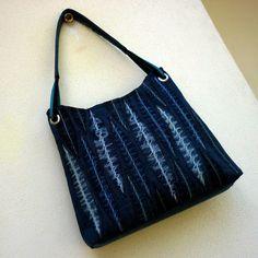 džíska s patinovanými listy Jedinečná kabelka je ušitá ze středně modré recydžínoviny. Přední strana je zdobená aplikací stylizovaných listů z vybraných kousků krásně patinované džínoviny, na zadní straně se opakuje stejný motiv v zjednodušené podobě. Dalším zdobným prvkem je složené ucho z černého a tyrkysového popruhu, provlečené kovovými ...