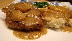 Ingredienti per 4 persone: 12 medaglioni di filetto di maiale, 2 mele medie (golden), 500g di tarassaco o altra erbetta, 100g di succo di mela non zuccherato, 1 scalogno, sale, pepe, olio EVO, burro,
