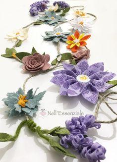 ghirlanda di fiori di feltro Handmade Flowers, Flower Crafts, Flower Making, Crochet Lace, Floral Wreath, Wreaths, How To Make, Diy, Inspiration