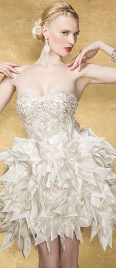 Yumi Katsura Couture. 「我記得好萊塢影星保羅紐曼Paul Newman來日本時看到我的婚紗店,對我說,『世人多數一輩子只能摸一次婚紗,有些人頂多三、四次,桂由美老師你卻能天天摸到婚紗,你真幸福。』這句話讓我印象非常深刻,更堅信做婚紗是我的使命。」