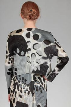 short jacket in polyester plissé with vertical pleats and irregular stains print - PLEATS PLEASE Issey Miyake