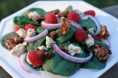 Salade d'épinards et framboises avec gorgonzola et noix au miel grillées au four