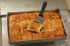 Πραγματικά καταπληκτική πίτα, με τραγανό φύλλο και τέλεια κρέμα τυριού στη γέμιση. Όπου κι αν τη σερβίρετε, θα σας τρελάνουν με τα σχόλιά τους! Εκτέλεση Βάζουμε όλα τα υλικά σε λεκάνη και λίγο λίγο... Greek Sweets, Greek Desserts, Greek Recipes, Pie Recipes, Cooking Recipes, Recipies, Cypriot Food, Greek Appetizers, Greek Pastries