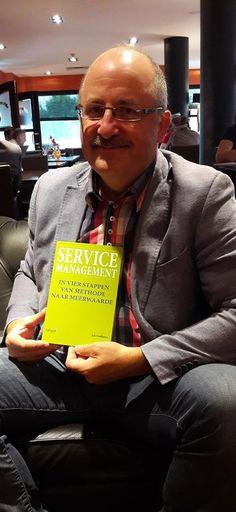 Auteur Jos Gielkens trots met het eerste exemplaar van zijn boek 'Service Management'. #servicemanagement #josgielkens #futurouitgevers