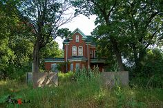 Who likes Old #Creepy Houses??  An #abandoned home in #ontario set far back from the road and in the trees. #urbex