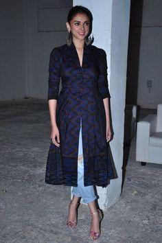 aditi roy hydari kurti with jeans Casual Indian Fashion, Indian Fashion Trends, Indian Designer Outfits, Designer Dresses, India Fashion, Dress Indian Style, Indian Dresses, Indian Outfits, Lehenga