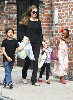 See photos of Angelina Jolie with her children and loving partner Brad Pitt. Angelina Jolie Pictures, Angelina Jolie Style, Brad Pitt And Angelina Jolie, Jolie Pitt, Le Jolie, Angelina Joile, Hollywood Tv Series, Star Wars, Mommy Style