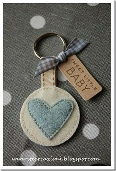 Get tags printed like this (use brown paper in our printer Felt Keychain, Cute Keychain, Keychains, Sewing Projects For Kids, Sewing Crafts, Felt Crafts, Diy And Crafts, Scrap Material, Baby Shower Activities