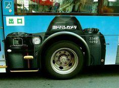 Kreatívne využitie kolesa pri reklamnom polepe pre značku Nikon