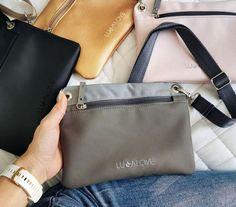 My ženy stále potrebujeme mať pri sebe všetko potrebné. Kľúče, peňaženka, mobil, nejaké tie šminky, malé hračky a hrýzatka pre deti, cumlíky či utierky... Presne na všetky tieto drobnosti poslúži crossbody kabelka Lullalove, ktorú viete nosiť na ramene, v ruke (ako listovú kabelku) alebo ju pripojiť ku kočíku či k batohu. Krásne ladí aj k batôžkom Lullalove /taškou na kočík/, ktoré nájdete tak isto v našej ponuke. 😉  #crossbody #kabelka #premamu #lullalove #kidilove #kidilovesk #vybavapremamu Mobiles, Cross Body, Boho, Mobile Phones, Bohemian