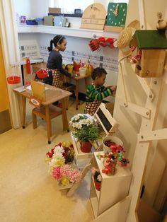 bloemenwinkel. prijzen maken, bonen wegen met 2 gewichten 1 of 2 euro, rekenmachine en boeketten inpakken met papier of plastic, lintjes eraan en kaartjes door de kinderen gemaakt. leerkrachten een moddel video gemaakt over het gedrag in de winkel.