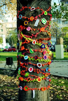 Looking for new ideas to inspire your knitting? Yarn bombing is a type of street art (think graffiti Yarn Bombing Trees, Guerilla Knitting, Urbane Kunst, Crochet Art, Knit Art, Guerrilla, Nature Crafts, Outdoor Art, Tree Art