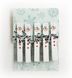 Die Wäscheklammer‐Schneemänner können als Weihnachtsschmuck weiterverwendet werden.