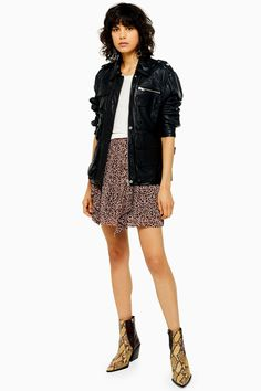 Nail the animal printed trend with this lovely leopard printed ruffle mini skirt. Super wild in style and versatile in design. Casual Chic Outfits, Wild Style, Topshop Outfit, Capsule Wardrobe, Outfit Zusammenstellen, Skirt Images, High Leg Boots, Festival Outfits, Running Shoes For Men