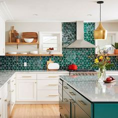 emerald green home accents We cant take our eyes off this kitchen. Standard sheets for the win! Designed by emilypuer at qualitycutdesignremodel and photo by alyssaleephotography Medium Diamonds - Bluegrass. Home Decor Kitchen, New Kitchen, Kitchen Interior, Home Kitchens, Eclectic Kitchen, Bohemian Kitchen Decor, Medium Kitchen, Modern Country Kitchens, Kitchen Rustic