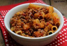 Oggi vi propongo un primo piatto ricco e saporito, la pasta con carne macinata e melanzane può tranquillamente rappresentare un piatto unico perché completo