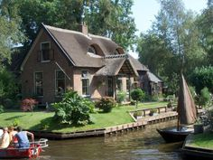 Giethoorn, Holland... the 'Venice of the Netherlands' where there are no streets, only canals & paths.  I'm ready to go.  <3
