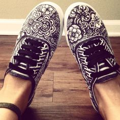 i really wanna do this... its so easy.... all u need is canvas sneakers and sharpies...