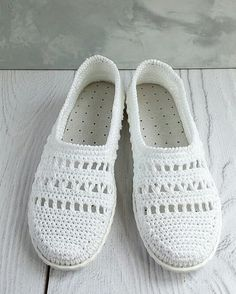 Diy Crafts - Crochet Slippers Using Flip Flop Soles - Free Patterns - Her Crochet Crochet Sandals, Crochet Boots, Crochet Slippers, Knit Or Crochet, Crochet Shoes Pattern, Shoe Pattern, Basic Crochet Stitches, Crochet Basics, Crochet Flip Flops