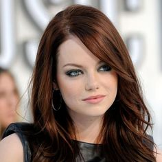 Emma Stone not only has flaming red hair, piercing eyes and alabaster skin, but looks uncannily like a cross between Jodie Foster and Lindsay Lohan! Hair Color Auburn, Auburn Hair, Dark Brunette Hair, Dark Hair, Brown Hair, Emma Stone Red Hair, Hairstyles With Bangs, Cool Hairstyles, Behind Blue Eyes