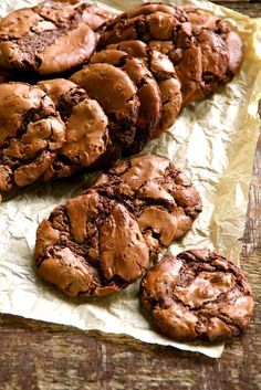 Food on the Table: Brownie Cookies - If I ever get adventurous enough to convert all the ingredients to US format Just Desserts, Delicious Desserts, Yummy Food, Bolacha Cookies, Cookie Recipes, Dessert Recipes, Biscuits, Cupcakes, Brownie Cookies