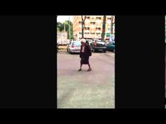 Video: Mummo näytti pojille, miten jalkapalloa pomputellaan!  http://puoliaika.com/?p=9154 ( #Fudis #futis #Italia #italialainen #italialainen mummo #Jalkapallo #mummo #mummo pomputtelee #Pomputtelu #Puoliaika #vanhus)