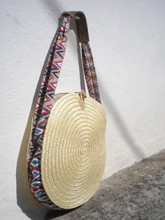 Bag made of Portuguese rye straw, finished with vibrant and colorful linen fabric. It has a long strap with a piece of Portuguese cork fabric that fits your shoulder. It closes with a button buckle. Bag fully lined, with a small pocket inside. Rye straw is natural and sustainable,