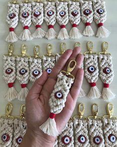 So Cute Macrame Keychain Ideas – Knitting And We Macrame Cord, Macrame Knots, Macrame Jewelry, Macrame Bracelets, Macrame Dress, Wall Hanging Christmas Tree, Art Macramé, Macrame Projects, Macrame Tutorial