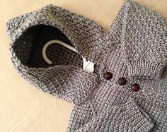 ♥ Gracias por ver! ♥  Un suéter pequeño perfecto para un niño pequeño!!!! TALLA 0-3 MESES LISTO PARA ENVIAR!  Este suéter es hecho a pedido en tamaños de hasta 12 meses y en cualquier color que te gusta! Si quieres que este suéter de un color diferente, no dude en ponerse en contacto conmigo!! ________________________________________________________________  Este suéter es suave y super caliente con mangas raglán que da gran libertad de movimiento de los brazos del bebé. Se hace con hilo…