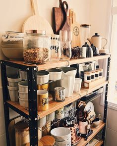 A imagem pode conter: área interna Diy Kitchen Island, Cute Kitchen, Kitchen Decor, Rose House, Industrial Home Design, Sweet Home Alabama, Kitchen Storage, Home Organization, Home Kitchens