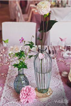 Pinke Tischdecke mit weißem Tischläufer.  Vintage Deko zum Ausleihen.